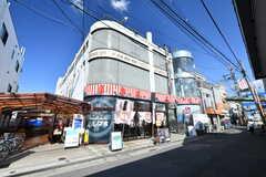 シェアハウスの外観。1階はパチンコ店、2階は娯楽ルーム、3階にシェアハウスがあります。すべて同じ事業者さんが運営しています。(2019-05-15,共用部,OUTLOOK,1F)