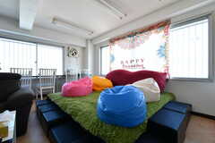 小上がりは、シングルベッドを2台並べて作られています。足元がふわふわしていて気持ちいいです。(2019-05-15,共用部,LIVINGROOM,3F)