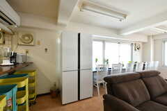 大型の共用冷蔵庫。各部屋にもミニ冷蔵庫が備わっています。(2019-05-15,共用部,KITCHEN,3F)