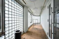 廊下の突き当たりからは喫煙スペースに出られます。(2019-05-15,共用部,OTHER,3F)