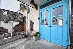 玄関の様子。奥のドアは配送業者さん用のドアです。(2017-02-22,周辺環境,ENTRANCE,1F)