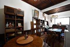 リビングの様子6。飾り棚と本棚が並んでいます。(2017-02-22,共用部,LIVINGROOM,1F)