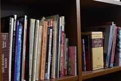本棚には児童書や洋書が並んでいます。本棚の脇にデスクとチェアが設置されています。(2017-02-22,共用部,OTHER,1F)