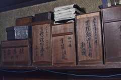 古い木箱が置かれています。開封したことはないが、高価なものが収納されているとのこと。(2017-02-22,共用部,OTHER,1F)