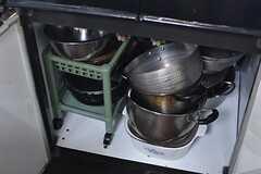 ガスコンロの下は共用の鍋が収納されています。(2017-02-22,共用部,KITCHEN,1F)