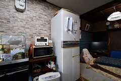 冷蔵庫の脇にオーブントースターが置かれています。(2017-02-22,共用部,KITCHEN,1F)