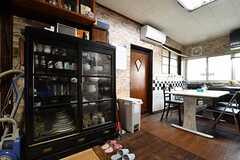 冷蔵庫の対面に食器棚が設置されています。食器棚の上には神棚が設置されています。(2017-02-22,共用部,KITCHEN,1F)
