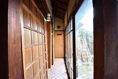 廊下の様子3。右手の掃き出し窓から中庭へ出られます。(2017-02-22,共用部,OTHER,1F)