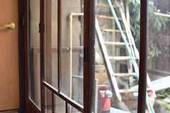 掃き出し窓には、古いガラス戸が使用されています。(2017-02-22,共用部,OTHER,1F)