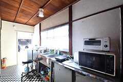 キッチンの様子。電子レンジとオーブントースターが置かれています。(2017-02-22,共用部,KITCHEN,2F)