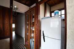 キッチンの対面に食器棚と冷蔵庫が並んでいます。(2017-02-22,共用部,KITCHEN,2F)