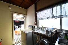 洗濯機が設置されています。ドアの先は物干しスペースです。(2017-02-22,共用部,LAUNDRY,2F)
