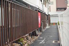玄関へのアプローチ。(2016-10-01,周辺環境,ENTRANCE,1F)
