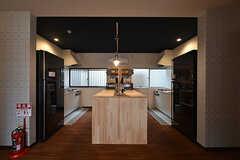 中央の作業台をはさんで両側にキッチンが設けられています。(2016-10-01,共用部,KITCHEN,1F)