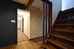 建物の中央に玄関があり、左右に空間がつながっています。(2016-10-01,共用部,OTHER,1F)