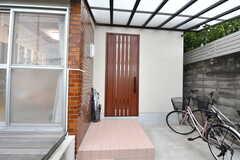 玄関の様子。右手に自転車置き場があります。(2019-09-24,周辺環境,ENTRANCE,1F)