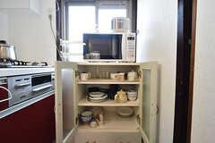 炊飯器、電子レンジ、食器棚の様子。(2016-08-08,共用部,KITCHEN,1F)
