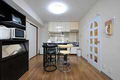 リビングの様子4。奥にキッチンがあります。(202号室)(2012-08-19,共用部,LIVINGROOM,2F)
