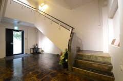 エントランスの様子2。ラウンジは2Fです。床は無骨で面白い質感。(2013-03-29,周辺環境,ENTRANCE,1F)