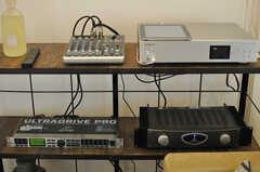 スピーカーにはミキサーなどAV機器が接続されています。iPadからBGMを選曲できます。(2013-03-29,共用部,OTHER,2F)