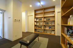 ライブラリーの様子。書棚は心斎橋にあるスタンダードブックストアのセレクト。(2015-11-29,共用部,LIVINGROOM,3F)