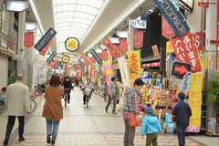 賑わいの商店街。アーケードなので駅前まで雨に濡れずに歩けます。シェアハウスは商店街沿いに建っています。(2015-11-29,共用部,ENVIRONMENT,1F)