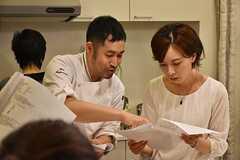 料理講習イベントの様子2。ホテルカンラ京都のシェフが料理を教えています。(2016-06-12,共用部,PARTY,2F)