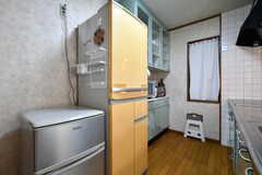 シンクの対面には、冷蔵庫と食器棚が設置されています。シルバーの冷蔵庫には、ケーキ屋で使用する材料類が保管されています。(2018-03-27,共用部,KITCHEN,2F)