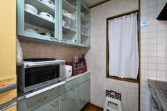 食器棚の様子。オーブンレンジ、トースター、炊飯器が収納されています。(2018-03-27,共用部,KITCHEN,2F)