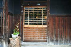 玄関の様子。1枚目は木戸、2枚目はガラス戸の二重になっています。 (2017-07-12,周辺環境,ENTRANCE,1F)