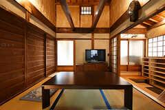 居間の様子2。木襖の奥はオーナーさんが利用するスペースです。(2017-07-12,共用部,LIVINGROOM,1F)