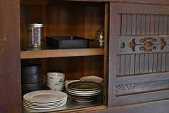 水屋箪笥には食器類が収納されています。オーナーさんが京都で購入されたのだそう。(2017-07-12,共用部,KITCHEN,1F)