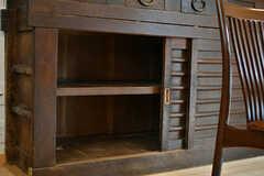 水屋箪笥の下段は、専有部ごとに食材などを保管できるスペースです。(2017-07-12,共用部,KITCHEN,1F)