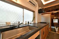 キッチンの様子。天板は小学校の手洗い場のような珍しい仕上げ。(2017-07-12,共用部,KITCHEN,1F)