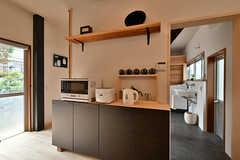 キッチン家電の様子。右手の奥に水まわり設備が集約されています。(2017-07-12,共用部,KITCHEN,1F)