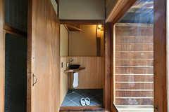 トイレ内には信楽焼の洗面ボウルが設置されています。洗面所が使用中でも洗顔や歯磨きができます。 (2017-07-12,共用部,TOILET,1F)