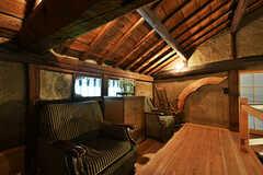 屋根裏はソファが置かれた読書スペースです。奥の引き戸の先が203号室です。(2017-07-12,共用部,OTHER,2F)