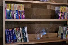 オーナーさん夫婦が訪れた世界各地のガイドブックが置かれています。(2017-07-12,共用部,OTHER,2F)