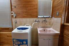 洗濯機と深めの流し台が設置されています。(2018-03-13,共用部,LAUNDRY,1F)