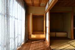 障子の先には収納棚が設置されています。(201号室)(2018-03-13,専有部,ROOM,2F)