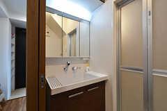 脱衣室に設置された洗面台の様子。対面に洗濯機が設置されています。(2016-09-12,共用部,OTHER,1F)