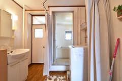 脱衣室はカーテンで仕切るタイプ。(2016-08-08,共用部,BATH,4F)