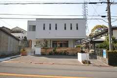 シェアハウスの外観。1Fの一部は運営事業者さんのオフィスになるそうです。(2014-04-09,共用部,OUTLOOK,1F)