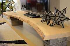 TVボードは木の形をそのまま生かしたデザイン。(2014-04-09,共用部,TV,1F)