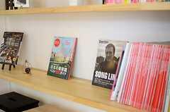 雑誌もたくさん。(2014-04-09,共用部,LIVINGROOM,1F)