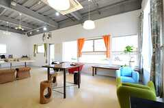 ダイニングやちょっとしたカフェテーブル、カウンターなどが設けられています。(2014-04-09,共用部,LIVINGROOM,1F)
