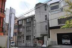 シェアハウスの外観。元々は2世帯住宅とのことで大きめの建物です。(2011-08-08,共用部,OUTLOOK,1F)