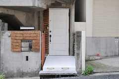 シェアハウスの正面玄関。(2011-08-08,周辺環境,ENTRANCE,1F)