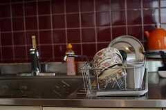 シンク脇には洗い終えた食器が置かれています。(2011-08-08,共用部,KITCHEN,3F)