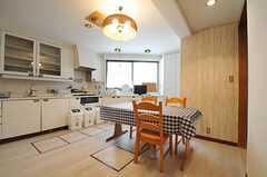 シェアハウスのダイニングの様子。1Fにもキッチンとダイニングがあります。(2011-08-08,共用部,LIVINGROOM,1F)